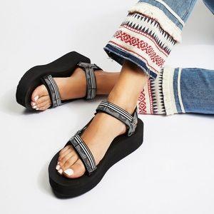 Teva Flatform Size 9 Black & White pattern